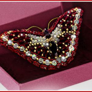 Образа в каменьях Брошь Swarovski Бабочка Бургундия 7,5х3,5см арт. 77-Б-05(S)
